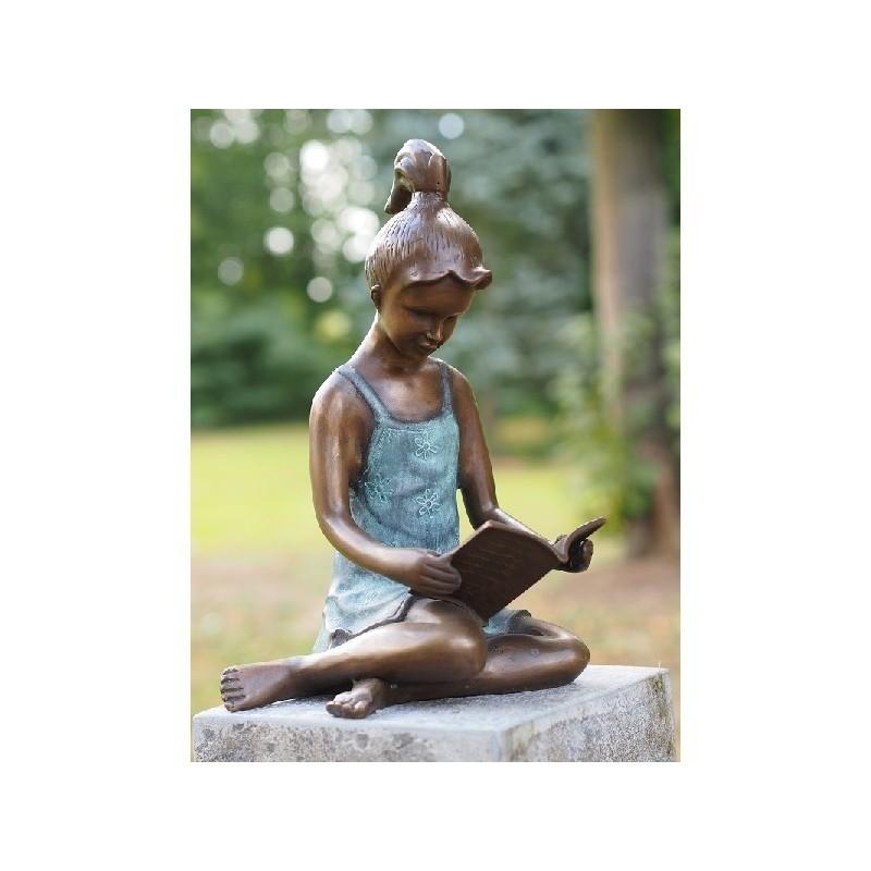 Sodo skulptūra H 41 cm Skaitanti mergina