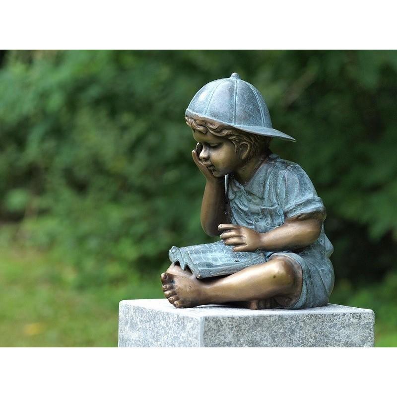 Sodo skulptūra H 29 cm Skaitantis berniukas