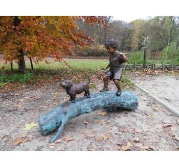Sodo skulptūra Berniukas su šunimi ant medžio kamieno, 107x69x150