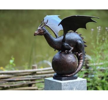 Sodo skulptūra Drakonas ant žemės rutulio, 55x50x55
