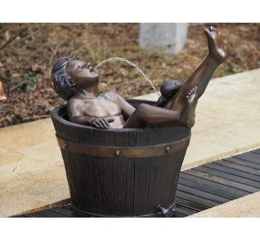 Sodo skulptūra Berniukas vonioje, 82x62x90
