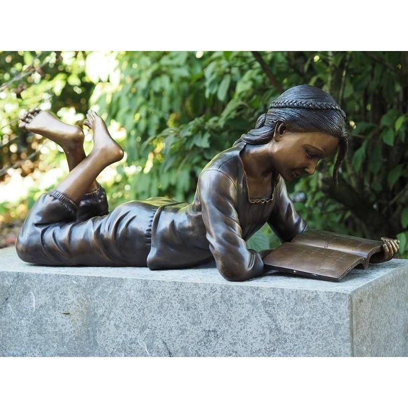 Sodo skulptūra Mergina guli skaitydama, 30x30x72