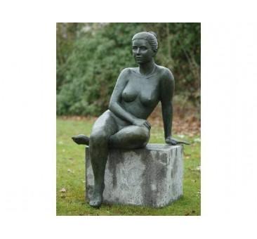 Sodo skulptūra Sėdi moteris, 120x76x61