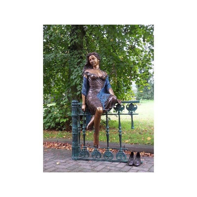 Sodo skulptūra Moteris sėdi ant tvoros, 170x90x105
