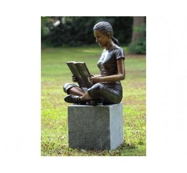 Sodo skulptūra Mergina su knyga, 77x56x57