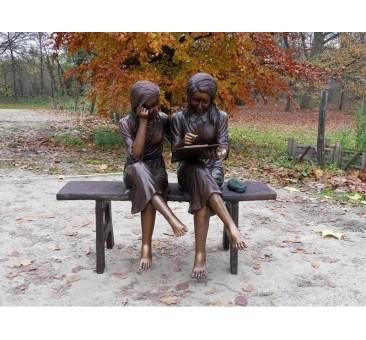 Sodo skulptūra 2 merginos ant sofos, 100x64x102
