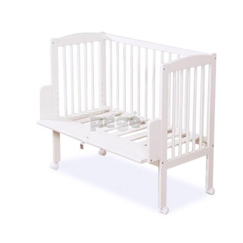 Mini vaikiška lovytė prie tėvų lovos
